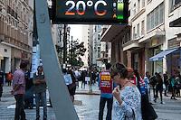 SÃO PAULO-SP-22,09,2014- CLIMA TEMPO SÃO PAULO- A temperatura mede 20° na Praça da República na região central da cidade de São Paulo,fim da manhã dessa Segunda-Feira,22 (Foto:Kevin David/Brazil Photo Press)