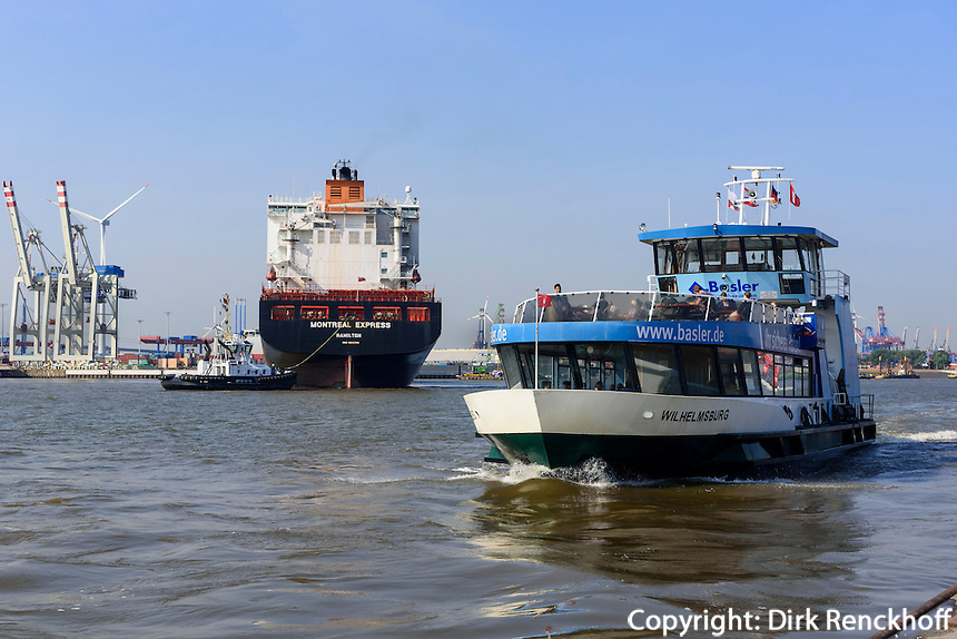 F&auml;hre am  F&auml;hranleger Altona, Containerschiff wird in Dock 11 geschleppt,  St. Pauli, Hamburg, Deutschland<br /> ship is tigged into dock 11 and ferry dock Altona, St. Pauli, Hamburg, Germany