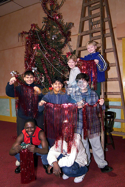 Children helping to put up the Christmas tree in Mosney..Picture: Paul Mohan/Newsfile