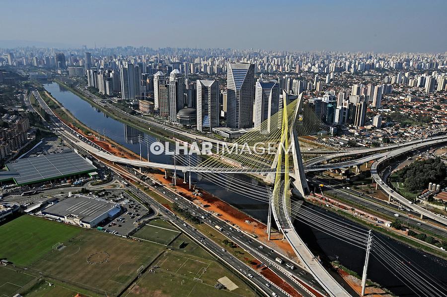 Vista aérea da ponte estaiada e rio Pinheiros. São Paulo. 2008. Foto de Juca Martins.
