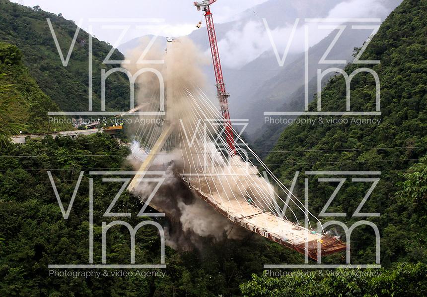 PUENTE DE CHIRAJARA - COLOMBIA, 11-07-2018:Implosión de la torre C del colapsado puente de Chirajara donde murieron nueve trabajadores en el mes de enero  , Coviandes contrató a la firma Demoliciones Atila Implosión SAS, que empleó 200 kilos de explosivos marca Indugel , 3.000 metros de cordón detonante y 30 detonadores manipulados por 11 técnicos en explosivos.Cuatro segundos duró la demolición./Demolition of tower C of the collapsed bridge of Chirajara where nine workers died in the month of January, Coviandes hired Demoliciones Atila Implosión SAS, which used 200 kilos of Indugel brand explosives, 3,000 meters of detonating cord and 30 detonators manipulated by 11 explosives technicians. Four second hard demolition. Photo: VizzorImage / Felipe Caicedo / Satff