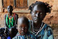 OUTH SUDAN  Bahr al Ghazal region , Lakes State, town Rumbek, Dinka mother with child / SUED-SUDAN  Bahr el Ghazal region , Lakes State, Rumbek , Dinka Mutter mit Kind