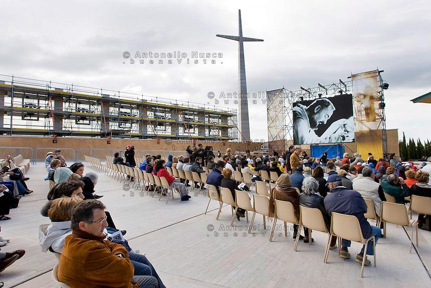 Fedeli arrivano a San Giovanni Rotondo in occasione dell'ostensione del corpo di Padre Pio.<br /> Faithful arrive at San Giovanni Rotondo for the Exposition of the body of Padre Pio