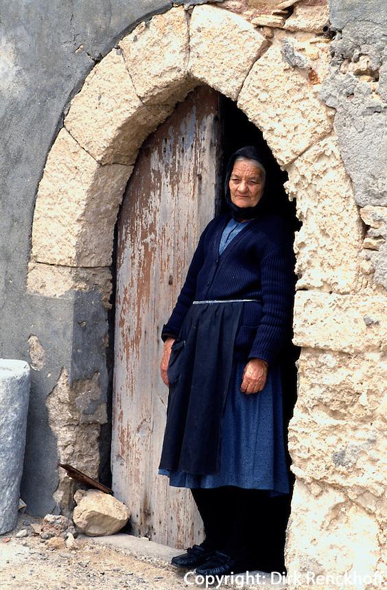 Nordzypern, alte Frau im  St. Andreas Kloster