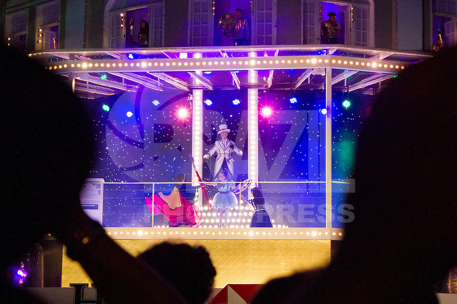 CURITIBA, PR, 15 DE DEZEMBRO 2013 –  Coral de Natal do Palácio Avenida - Na noite desse domingo (15) aconteceu apresentação de encerramento das apresentações do Coral de Natal do Palácio Avenida, em Curitiba. Do dia 29 ao dia 15 de dezembro sempre aos fins de semana o coral atrai um grande público no calçadão da rua XV de novembro. (FOTO: PAULO LISBOA  / BRAZIL PHOTO PRESS)