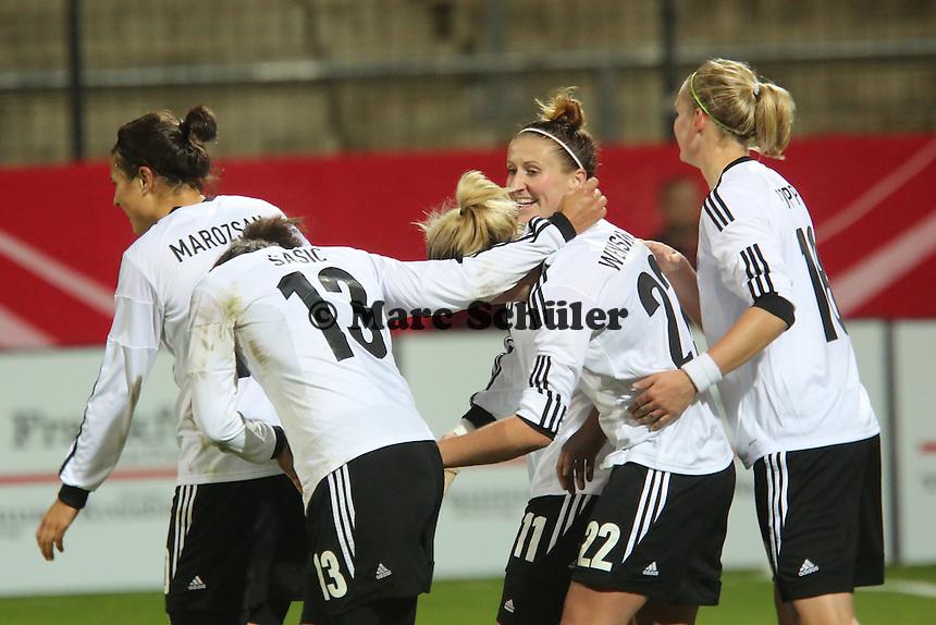 Torjubel Luisa Wensing (D) beim 4:0 mit Celia Sasic - Deutschland vs. Kroatien, WM-Qualifikation, Frankfurter Volksbank Stadion