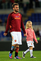 Calcio, Serie A: Roma-Catania. Roma, stadio Olimpico, 5 maggio 2012..Football, Italian serie A: AS Roma vs Catania. Rome, Olympic stadium, 5 may 2012..AS Roma midfielder Daniele De Rossi walks on the pitch hand in hand with his daughter Gaia at the end of the match..UPDATE IMAGES PRESS/Riccardo De Luca