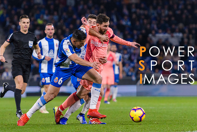Lionel Messi of FC Barcelona (R) fights for the ball with Oscar Duarte of RCD Espanyol (L) during the La Liga 2018-19 match between RDC Espanyol and FC Barcelona at Camp Nou on 08 December 2018 in Barcelona, Spain. Photo by Vicens Gimenez / Power Sport Images