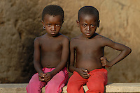 "Afrika Westafrika Burkina Faso Dorf Sesuala bei Pó , Ethnie Kassena ,.Kinder  -  Menschen  xagndaz | .Africa west-africa Burkina Faso , village Sesuala near Pó , ethnic Kassena , children | [ copyright (c) Joerg Boethling / agenda , Veroeffentlichung nur gegen Honorar und Belegexemplar an / publication only with royalties and copy to:  agenda PG   Rothestr. 66   Germany D-22765 Hamburg   ph. ++49 40 391 907 14   e-mail: boethling@agenda-fototext.de   www.agenda-fototext.de   Bank: Hamburger Sparkasse  BLZ 200 505 50  Kto. 1281 120 178   IBAN: DE96 2005 0550 1281 1201 78   BIC: ""HASPDEHH"" ,  WEITERE MOTIVE ZU DIESEM THEMA SIND VORHANDEN!! MORE PICTURES ON THIS SUBJECT AVAILABLE!! ] [#0,26,121#]"