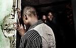 """Prière dominicale dans un temple de la banlieue pauvre de Port au Prince. La guerre entre le vaudou et la religion """"officielle"""" a repris de l'ampleur avec l'entrée en scène du des mouvements protestants, et le séisme de 2010  a n'a fait que consolider cette rivalité."""
