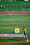 Prática de salto com vara na Universidade da Califórnia, UCLA em Los Angeles. EUA. 1990. Foto de Juca Martins.