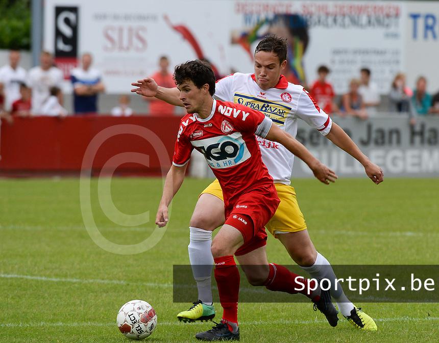 FC Gullegem - KV Kortrijk : Gertjan De Mets (links) in duel met Nicolas Gezelle (r)<br /> foto VDB / BART VANDENBROUCKE