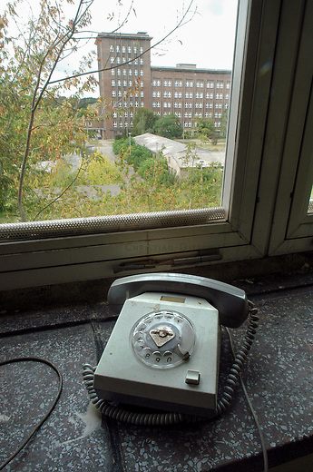 Gebaeude des ehemaligen Berliner Rundfunk in Berlin.<br /> Das 13ha grosse Gelaende des ehemaligen DDR-Rundfunksenders Berliner Rundfunk wurde von der Stadt an eine Baumaschinenverleihfirma verkauft. Die wenigen verbliebenen Mieter in dem grossteils leerstehenden Gebaeude an der Nalepastrasse blicken in eine ungewisse Zukunft.<br /> 2.10.2006, Berlin<br /> Copyright: Christian-Ditsch.de<br /> [Inhaltsveraendernde Manipulation des Fotos nur nach ausdruecklicher Genehmigung des Fotografen. Vereinbarungen ueber Abtretung von Persoenlichkeitsrechten/Model Release der abgebildeten Person/Personen liegen nicht vor. NO MODEL RELEASE! Nur fuer Redaktionelle Zwecke. Don't publish without copyright Christian-Ditsch.de, Veroeffentlichung nur mit Fotografennennung, sowie gegen Honorar, MwSt. und Beleg. Konto: I N G - D i B a, IBAN DE58500105175400192269, BIC INGDDEFFXXX, Kontakt: post@christian-ditsch.de<br /> Bei der Bearbeitung der Dateiinformationen darf die Urheberkennzeichnung in den EXIF- und  IPTC-Daten nicht entfernt werden, diese sind in digitalen Medien nach §95c UrhG rechtlich geschuetzt. Der Urhebervermerk wird gemaess §13 UrhG verlangt.]