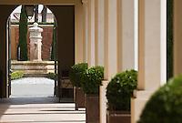 Europe/France/Provence-Alpes-Côte d'Azur/83/Var/Le Castellet:  Hôtel du Castellet- La  fontaine et  l'allée couverte du patio
