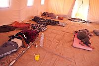 Tunisie RasDjir Camp UNHCR de refugies libyens a la frontiere entre Tunisie et Libye ....Tunisia Rasdjir UNHCR refugees camp  Tunisian and Libyan border   Interno tenda Inside a tent people sleeping Dans une tente gens qui dorment