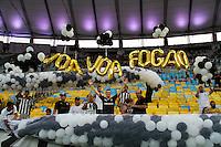 RIO DE JANEIRO, RJ, 11.02.2014 - Torcedores do Botafogo preparam o recebimento para o time antes da partida contra o San Lorenzo pela primeira rodada do Grupo 2 da Libertadores no Estádio Mário Filho, o Maracanã . (Foto. Néstor J. Beremblum / Brazil Photo Press)