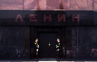Russia   1998.Mosca, soldati di guardia all'entrata del Mausoleo di Lenin.Russia 1998.Moscow,  Soldiers guard the entrance to Lenin's tomb.