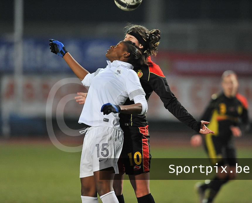 France U19 - Belgium U19 : Kadidiatou Diani in een kopduel met Laura De Neve.foto DAVID CATRY / Nikonpro.be