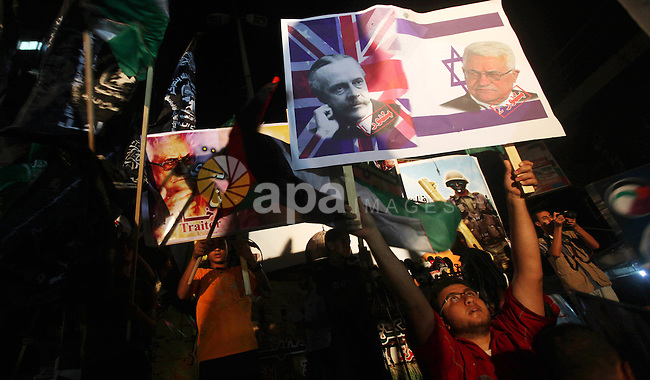 Hamas supporters attend a rally against Palestinian President Mahmoud Abbas in Gaza City November 3, 2012. Abbas made a rare if symbolic concession to Israel on Thursday, saying he had no permanent claim on the town from which he was driven as a child during the 1948 war of the Jewish state's founding. In Gaza, Hamas denounced Abbas, saying he spoke only for himself. The Islamist movement does not recognise Israel and has regularly exchanged fire with it.. Photo by Majdi Fathi