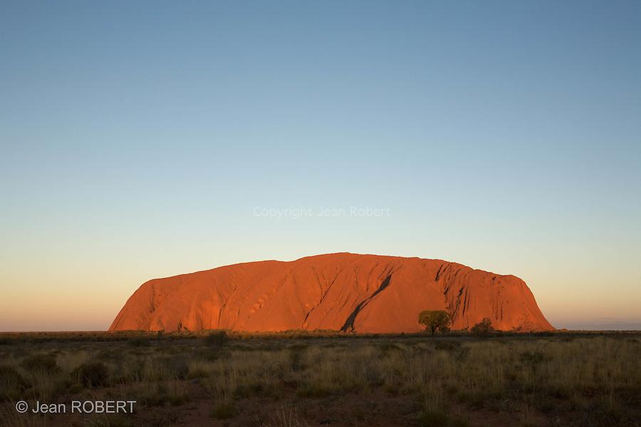 Parc national d'Uluru- Kata Tjuta.Celebre rocher d'Ayers Rock ou Uluru en langage aborigene. mesure 3,6 km de long et s'eleve a 348 m au dessus du plateau.<br /> Uluru- Kata Tjuta national park.World famous  monolithe of Ayers Rock or Uluru in  aborigina llangage . 3,6 km long and 348 m high