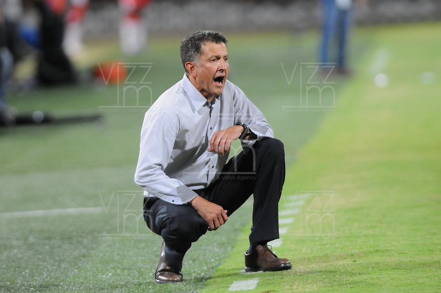 MEDELLÍN -COLOMBIA-03-08-2013.  Juan Carlos Osorio técnico de Nacional gesticula durante partido contra Independiente Santa Fe válido para la fecha 2 de la Liga Postobón II 2013 jugado en el estadio Atanasio Girardot de la ciudad de Medellín./ Atletico Nacional coach Juan Carlos Osorio gestures during match against Independiente Santa Fe valid for the 2th date of the Postobon League II 2013 at Atanasio Girardot stadium in Medellin city.  Photo:VizzorImage/Luis Ríos/STR
