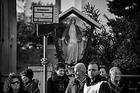 Peregrinatio Reliquie Ss. Martiri Idruntini - 23 febbraio 2014 - L'urna contenente parte delle reliquie dei santissimi Martiri di Otranto, nel loro peregrinare tra i paesi della diocesi, vengono consegnati dal Comune di Poggiardo al Comune di Botrugno.