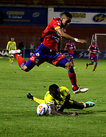 PASTO - COLOMBIA, 07-10-2018: Mateo García (Izq.) jugador de Deportivo Pasto disputa el balón con Marvin Valecilla (Der.) jugador de Atlético Bucaramanga, durante partido entre Deportivo Pasto y Atlético Bucaramanga, de la fecha 13 por la Liga Águila II 2018, jugado en el estadio Departamental Libertad de la ciudad de Pasto. / Mateo García (L) player of Deportivo Pasto fights for the ball with Cesar Quintero (R) player of Atletico Bucaramanga, during a match between Deportivo Pasto and Atletico Bucaramanga, of the 13th date for the Liga Aguila I 2018 at the Departamental Libertad stadium in Pasto city. Photo: VizzorImage. / Leonardo Castro / Cont.