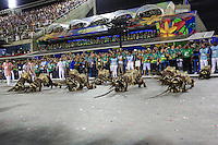 RIO DE JANEIRO, RJ 09.02.2016 - CARNAVAL-RJ - Integrantes da escola de samba Mangueira durante segundo dia de desfiles do grupo especial do Carnaval do Rio de Janeiro no Sambódromo Marquês de Sapucaí na região central da capital fluminense na  madrugada desta segunda-feira, 09. (Foto: William Volcov/Brazil Photo Press/Folhapress)