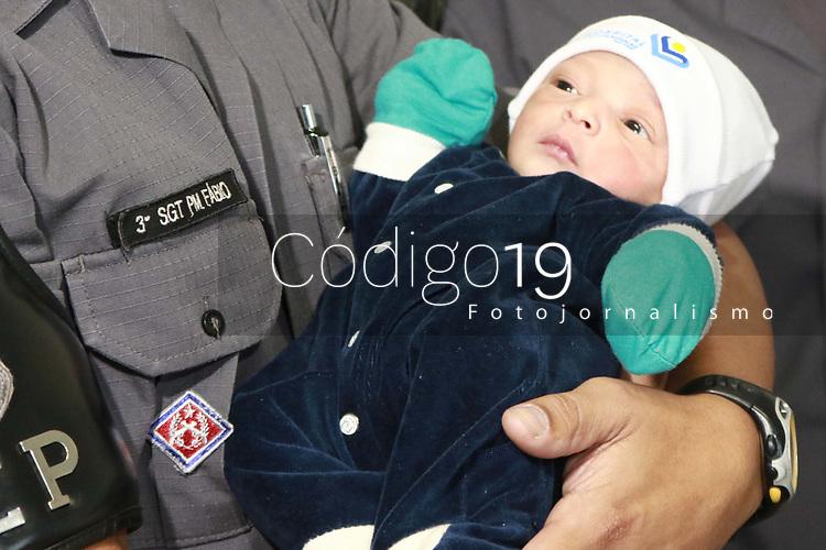 CAMPINAS, SP 01.04.2019 - POLICIA - Policiais do Baep (Batalh&atilde;o de A&ccedil;&otilde;es Especiais da Pol&iacute;cia) ajudaram o parto de um beb&ecirc; em plena Avenida John Boyd Dunlop, em Campinas, na madrugada desta segunda-feira (1&ordm;). A m&atilde;e e crian&ccedil;a passam bem e foram encaminhadas para o Hospital PUC-Campinas. <br /> O caso aconteceu quando uma viatura do Baep fazia ronda e acabou se deparando com um carro onde havia duas mulheres, uma delas gr&aacute;vida, e com dores do parto.<br /> (Foto: Denny Cesare/Codigo19)