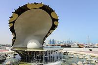 QATAR, Doha, sculpture pearl shell, behind skyscraper east bay / KATAR, Doha, Skulptur Perlenmuschel im Hintergrund Wolkenkratzer der Eastbay
