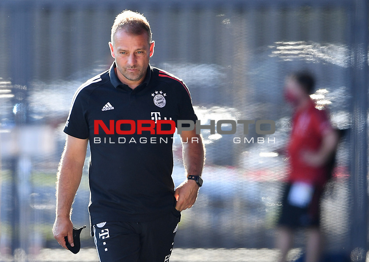 Trainer Hansi Flick (FC Bayern Muenchen) nach dem Spiel zufrieden.<br />