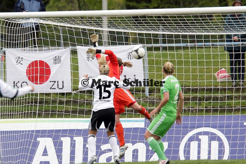 Alisa Vetterlein (VfL) hat keine Chance beim 1:0 von Dzsenifer Marozsan/ Kerstin Garefrekes (FFC)