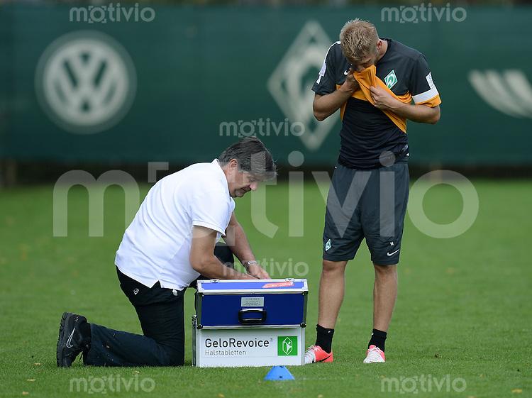FUSSBALL  1. BUNDESLIGA   SAISON 2012/2013   12.08.2012 Training Werder Bremen              Physiotherapeut Holger Berger (li) behandelt Aaron Hunt