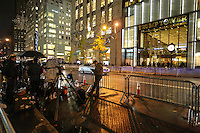 NEW YORK,NY, 15.11.2016 - TRUMP-TOWER - Movimentação em frente a Trump Tower em New York na noite desta terça-feira, 15. O local foi construído pelo empresário Donald Trump eleito presidente do Estado Unidos no ultimo dia 08 de novembro. (Foto: Vanessa Carvalho/Brazil Photo Press)