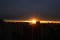 FOTO EMBARGADA PARA VEICULOS INTERNACIONAIS. SAO PAULO, SP, 21/09/2012, POR DO SOL. Após uma breve chuva, que caiu durante a tarde de hoje(21), o sol apareceu pouco antes de se por. Luiz Guarnieri/ Brazil Photo Press.