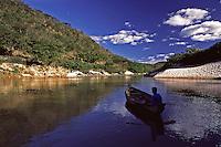 Vale do Jequitinhonha_MG, Brasil...Garoto em um barco em um rio no Vale do Jequitinhonha...A boy in a boat on a river in Vale do Jequitinhonha...Foto: JOAO MARCOS ROSA / NITRO