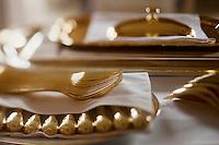 Europe/Monaco/Monte Carlo: restaurant: Louis XV / Alain Ducasse à l'Hôtel de Paris - détail de la vaisselle en vermeil- couverts