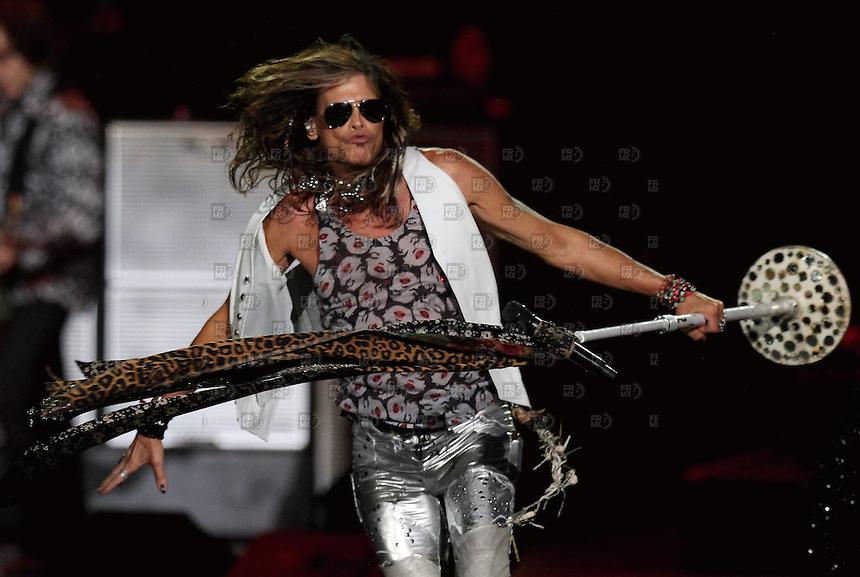 CIUDAD DE M&Eacute;XICO, Octubre 27, 2013.  El cantante Steven Tyler del grupo de rock estadounidense, Aerosmith, durante su concierto en la Arena de la Ciudad de M&eacute;xico, el 27 de octubre de 2013. Aerosmith llega a M&eacute;xico en el  &quot;The Global Warming Tour&quot;.  FOTO: ALEJANDRO MEL&Eacute;NDEZ<br /> <br /> MEXICO CITY, Oct. 27, 2013. The singer Steven Tyler American rock band, Aerosmith, during their concert at the Arena Mexico City, on October 27, 2013. Aerosmith arrives in Mexico on &quot;The Global Warming Tour&quot;. PHOTO: ALEJANDRO MELENDEZ