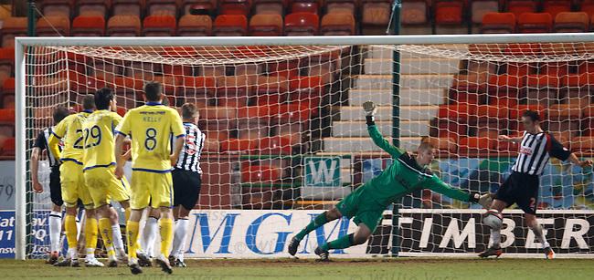 Chris Smith saves from Pascali's header