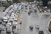 SÃO PAULO,SP, 10.03.2016 - TRÂNSITO-SP - Motoristas enfrentam trânsito intenso no sentido leste do viaduto Júlio de Mesquita Filho, no bairro da Bela Vista, na região central de São Paulo, nesta quinta-feira, 10. (Foto: Thiago Ferreira/Brazil Photo Press)