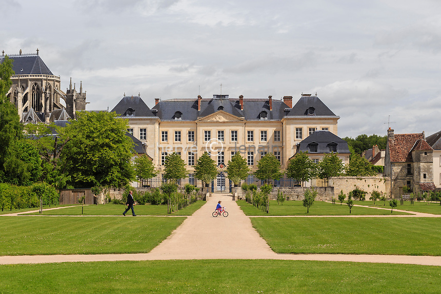 France, Orne (61), Sées, le palais d'Argentré et son jardin et le chevet de la catédrale // France, Orne, Sees, the Argentre palace and its garden and the bedside of Catédrale