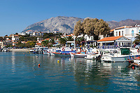 Greece, Aegean Islands, Southern Sporades, Island Samos, village Ormos Marathokampos: View over fishing harbour and Mount Kerketeas in distance | Griechenland, Aegaeis, Suedliche Sporaden, Insel Samos, Ormos Marathokampos: Fischerdorf, im Hintergrund Mount Kerketeas