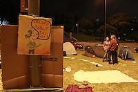 """SAO PAULO, SP, 12 DE MAIO DE 2012 - PROTESTO OCUPACAO ESPACOS PUBLICOS - Mais de 40 países  concentraram do dia 12 ao dia 15 de maio um protesto internacional denominado """"Ocupa, Acampa. No Brasil, doze estados participarão dos atos. Em São Paulo, as ocupações sao na capital, na Praça Charles Miller, Pacaembu.  (FOTO: GEORGINA GARCIA / BRAZIL PHOTO PRESS)."""