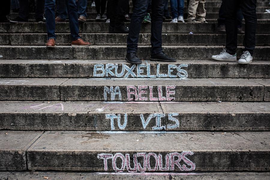 """BRUXELLES, Belgique: """"Bruxelles, ma belle..."""" écrit sur les marches de la Bourse, le 23 mars 2016. 31 personnes sont mortes et 300 ont été blessées dans les attentats commis à Zaventem et dans la station du métro bruxellois Maelbeek, selon le dernier bilan du Centre de crise. Dans le centre de Bruxelles, des centaines de personnes se rassemblent en commemoration aux victimes."""