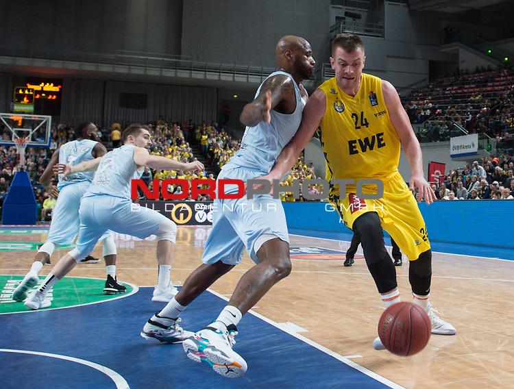 10.02.2019, &Ouml;VB Arena, Bremen, GER, easy Credit-BBL, Eisb&auml;ren Bremerhaven vs EWE Baskets Oldenburg, im Bild<br /> in der Verteidigung<br /> Darnell JACKSON ( Eisb&auml;ren Bremerhaven #77 )<br /> Rasid MAHALBASIC (EWE Baskets Oldenburg #24 )<br /> Foto &copy; nordphoto / Rojahn
