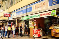 RIO DE JANEIRO, RJ, 31 AGOSTO 2012-MEGA SENA ACUMULADA- O concurso nUmero 1.421 da Mega-Sena, que sera sorteado na proximo sAbado, DIA 01, deve pagar R$ 28 milhoes para a aposta que acertar as seis dezenas, em Copacabana, zona sul do Rio de Janeiro.(FOTO:MARCELO FONSECA/BRAZIL PHOTO PRESS).