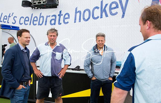 DEN HAAG - Stephan Veen, Floris Jan Bovelander en Hans Tossein. Tijdens het WK hockey speelt het team dat in 1998 in Utrecht wereldkampioen werd,  tegen het oude nationale team van Spanje. Veel oud internationals zijn van de partij. COPYRIGHT KOEN SUYK