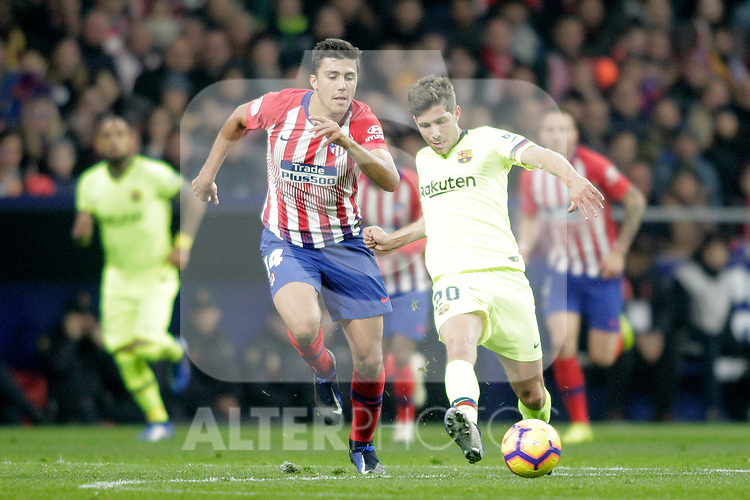 Club Atletico de Madrid's Rodrigo Hernandez (R) and Futbol Club Barcelona's Sergi Roberto  during La Liga match. November 24,2018. (ALTERPHOTOS/Alconada)