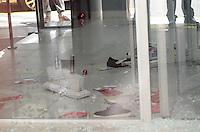 SAO PAULO, SP, 07 DE DEZEMBRO DE 2012 - Tentativa de assalto ao banco Bradesco, na rua Riachuelo, centro da capital, no inicio da tarde desta sexta feira, 07. Os bandidos trocaram tiros com policiais, houve feridos. Com o travamento da porta automatica os bandidos tentaram sair pelos vidros de cima da entrada da agencia que estao marcados com sangue. Ainda nao ha informacao sobre a prisao dos bandidos.  FOTO: ALEXANDRE MOREIRA - BRAZIL PHOTO PRESS.