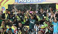 MEDELLÍN -COLOMBIA-20-12-2015. Jugadores de Atlético Nacional celebran el título como campeones de la Liga Aguila II 2015 después partido de vuelta de la final entre Atlético Nacional y Atlético Junior jugado en el estadio Atanasio Girardot de la ciudad de Medellín. / Players of Atletico Nacional celebrate as a champions of Aguila League II 2015 after second leg match of the final between Atletico Nacional and Atletico Junior played at Atanasio Girardot stadium in Medellin city. Photo: VizzorImage/ Felipe Caicedo / Staff